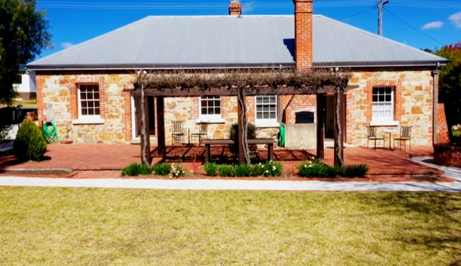 Tenterfield Accommodation - Red & White Rose Cottages - New South Wales - Promotion
